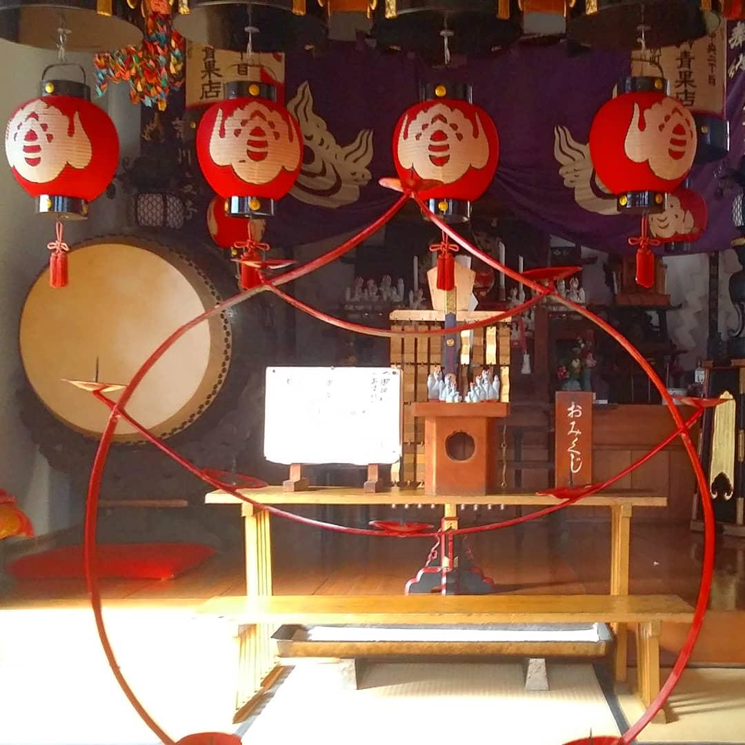 à l'intérieur du Temple Kasamori Inari